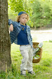 Kleiner blonder Junge mit einem Korb, draußen Lizenzfreie Stockfotografie
