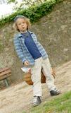 Kleiner blonder Junge mit einem Korb, draußen Lizenzfreies Stockbild