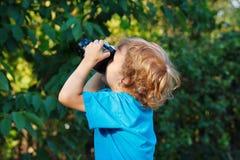 Kleiner blonder Junge mit einer Kamera Lizenzfreies Stockbild