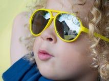 Kleiner blonder Junge mit gelber Sonnenbrille Lizenzfreies Stockbild