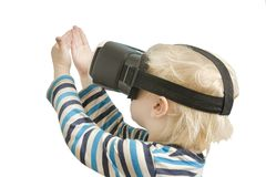 Kleiner blonder Junge mit Gläsern virtueller Realität Betrachtet das h Stockfotografie
