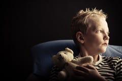 Kleiner blonder Junge mit Plüschbären Stockbilder