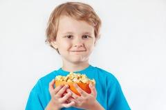 Kleiner blonder Junge mit Schüssel Popcorn Lizenzfreie Stockfotos