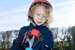 Kleiner blonder Junge mit Skateboard Stockfotografie