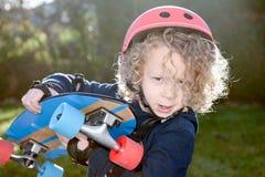 Kleiner blonder Junge mit Skateboard Lizenzfreie Stockfotografie