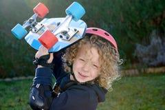 Kleiner blonder Junge mit Skateboard Lizenzfreie Stockbilder