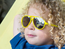 Kleiner blonder Junge und gelbe Sonnenbrille Stockbilder