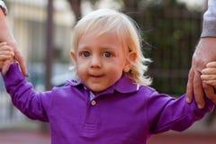 Kleiner blonder Junge und seine Familie draußen Lizenzfreies Stockfoto