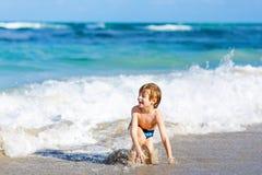 Kleiner blonder Kinderjunge, der Spaß auf Ozeanstrand in Florida hat Lizenzfreie Stockfotografie