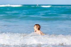 Kleiner blonder Kinderjunge, der Spaß auf Ozeanstrand in Florida hat Stockfotografie