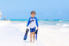 Kleiner blonder Kinderjunge, der Spaß auf tropischem Strand von Boracay, Philippinen hat Stockfotos