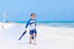 Kleiner blonder Kinderjunge, der Spaß auf tropischem Strand von Jamaika hat Lizenzfreie Stockfotos