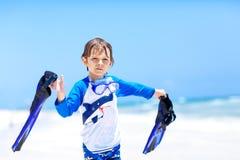 Kleiner blonder Kinderjunge, der Spaß auf tropischem Strand von Malediven hat Lizenzfreie Stockfotografie