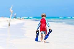 Kleiner blonder Kinderjunge, der Spaß auf tropischem Strand von Malediven hat Stockfotos