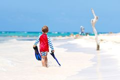 Kleiner blonder Kinderjunge, der Spaß auf tropischem Strand von Malediven hat Lizenzfreies Stockfoto