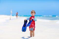 Kleiner blonder Kinderjunge, der Spaß auf tropischem Strand von Malediven hat Stockfotografie