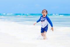 Kleiner blonder Kinderjunge, der Spaß auf tropischem Strand von Malediven hat Lizenzfreie Stockbilder