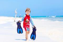 Kleiner blonder Kinderjunge, der Spaß auf tropischem Strand von Malediven hat Stockfoto