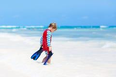 Kleiner blonder Kinderjunge, der Spaß auf tropischem Strand von Malediven hat Lizenzfreie Stockfotos