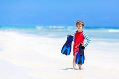 Kleiner blonder Kinderjunge, der Spaß auf tropischem Strand von Malediven hat Stockbild