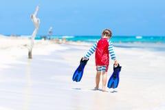 Kleiner blonder Kinderjunge, der Spaß auf tropischem Strand von Malediven hat Lizenzfreies Stockbild