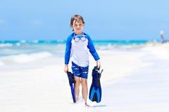 Kleiner blonder Kinderjunge, der Spaß auf tropischem Strand von Thailand hat Stockfoto