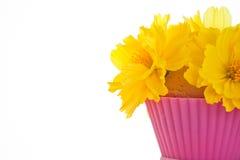 Kleiner Blumenstrauß der Blumen auf einem essbaren Inhalt Stockbilder