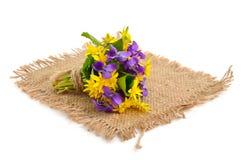 Kleiner Blumenstrauß mit Wiesenblumen. Stockbild