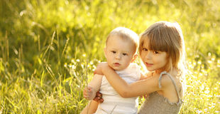 Kleiner Bruder und Schwester, die auf der Natur spielt Lizenzfreie Stockbilder