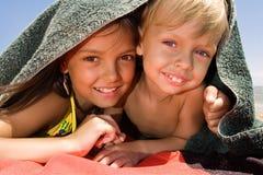 Kleiner Bruder und Schwester, die Verstecken spielt Stockfotografie