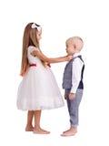 Kleiner Bruder und Schwester lokalisiert auf einem weißen Hintergrund Netter Junge und Mädchen, die zusammen steht Aufbau mit Sch lizenzfreies stockbild