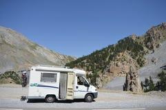 Kleiner Camper in den französischen Alpen Lizenzfreie Stockbilder