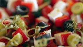 Kleiner Canape mit Oliven, Käse, Kirschtomaten und Gurkennahaufnahme stock footage