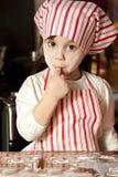 Kleiner Chef in der Küche Stockbild