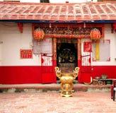 Kleiner chinesischer Tempel in einer lokalen Nachbarschaft Lizenzfreies Stockbild