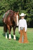 Kleiner Cowboy mit Pferd Stockfotografie