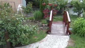 Kleiner Dekorbrunnen im Garten stock video