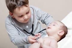 Kleiner Doktor mit Stethoskop Lizenzfreies Stockfoto