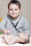 Kleiner Doktor mit Stethoskop Lizenzfreies Stockbild