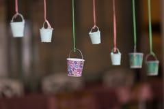 Kleiner Eimer auf einem Seil Stockfotografie