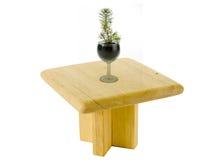 Kleiner eleganter Tannenbaum in einem Schnapsglas auf einer Tabelle stockfotos