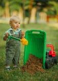 Kleiner Erbauer mit Schaufel Stockbild