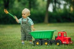 Kleiner Erbauer mit Schaufel Stockfoto
