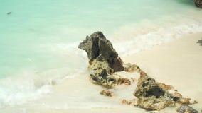 Kleiner felsiger Stein wird durch Wellenmeereswogen gewaschen stock footage