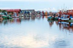 kleiner Fischerboothafen auf Fluss Lizenzfreie Stockbilder