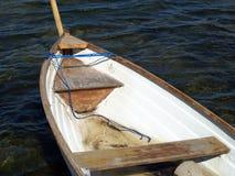 Kleiner Fischerbootruderboot Rowboat auf Wasser Stockbilder