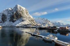 Kleiner Fischereihafen auf Hamnoy-Insel während der Winterzeit, Lofote Stockfoto