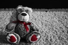 Kleiner flaumiger weicher netter Teddy Bear Toy, der auf dem Boden des Hauses sitzt lizenzfreies stockfoto