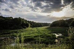 Kleiner Fluss über dem Tal Stockfoto