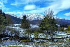 Kleiner Fluss in den Pyrenäen-Bergen mit Pic du Midi de Bigorr stockbilder